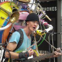 tocar un instrumento a la vez que cantas